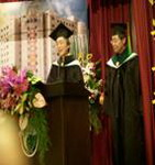 醫學系吳主任代表大學部向沈院長推薦大學部畢業學生