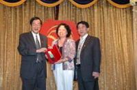 陳珠琦夫婦捐款母校,接受黃校長頒贈感謝紀念獎牌