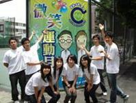 本校微笑天使與友善先生於微笑禮貌週中在校門口宣導微笑運動
