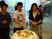 蔣學務長立琦與壽星共同切蛋糕
