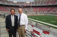 與OSU藥學院院長Dr. Robert Brueggemeier在可容納15萬人的馬蹄型足球場前留影