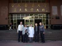 捷克百拉斯基醫學大學來賓於教學大樓與醫學院沈戊忠院長及梁育民組長合影