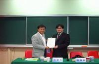 副教務長林振文教授致贈講師感謝狀與紀念品