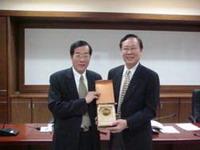 黃榮村校長頒授校級教學優良教師得獎獎牌與獎金予鍾景光 教授