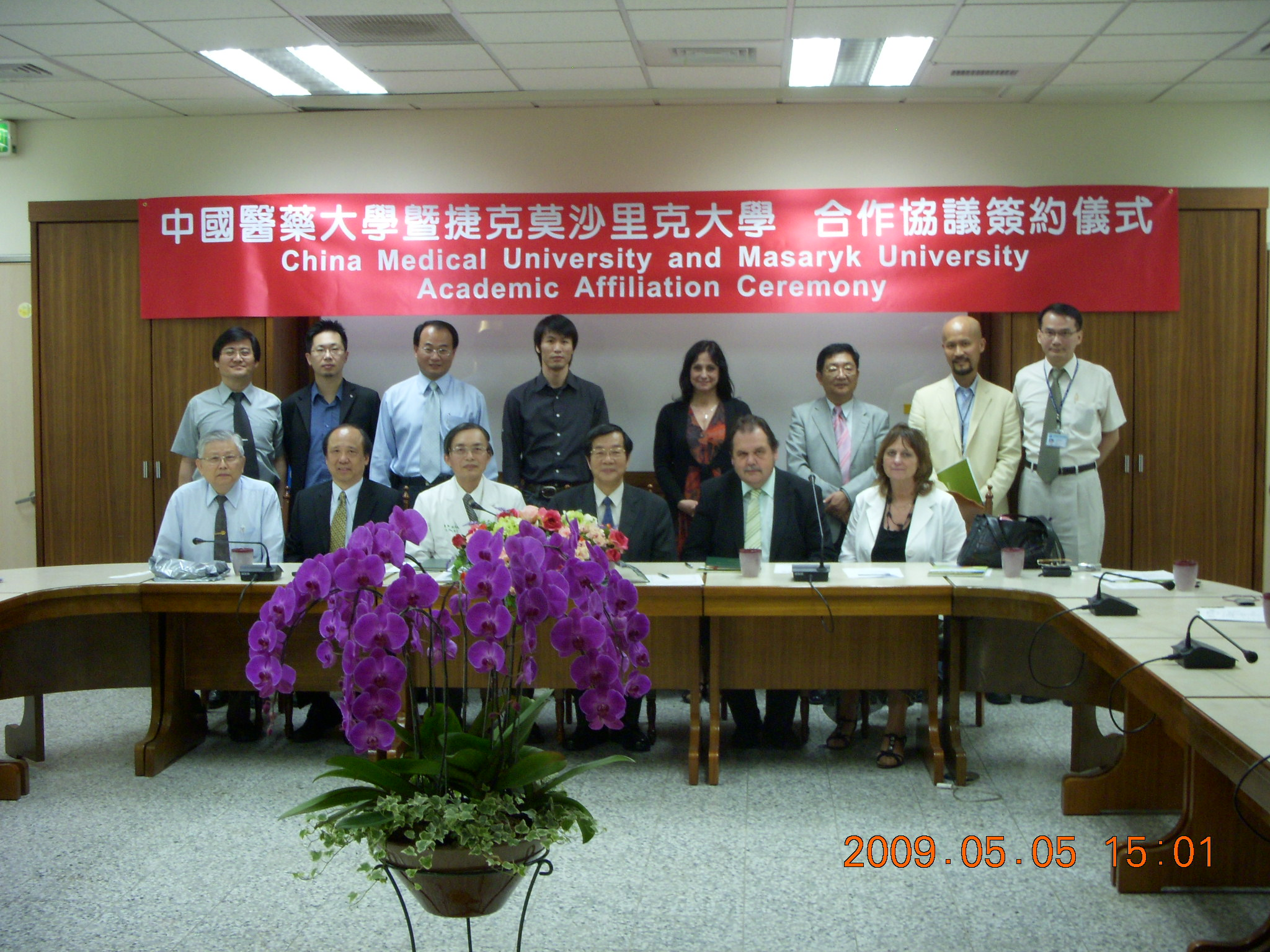 The group picture in the signing ceremony.