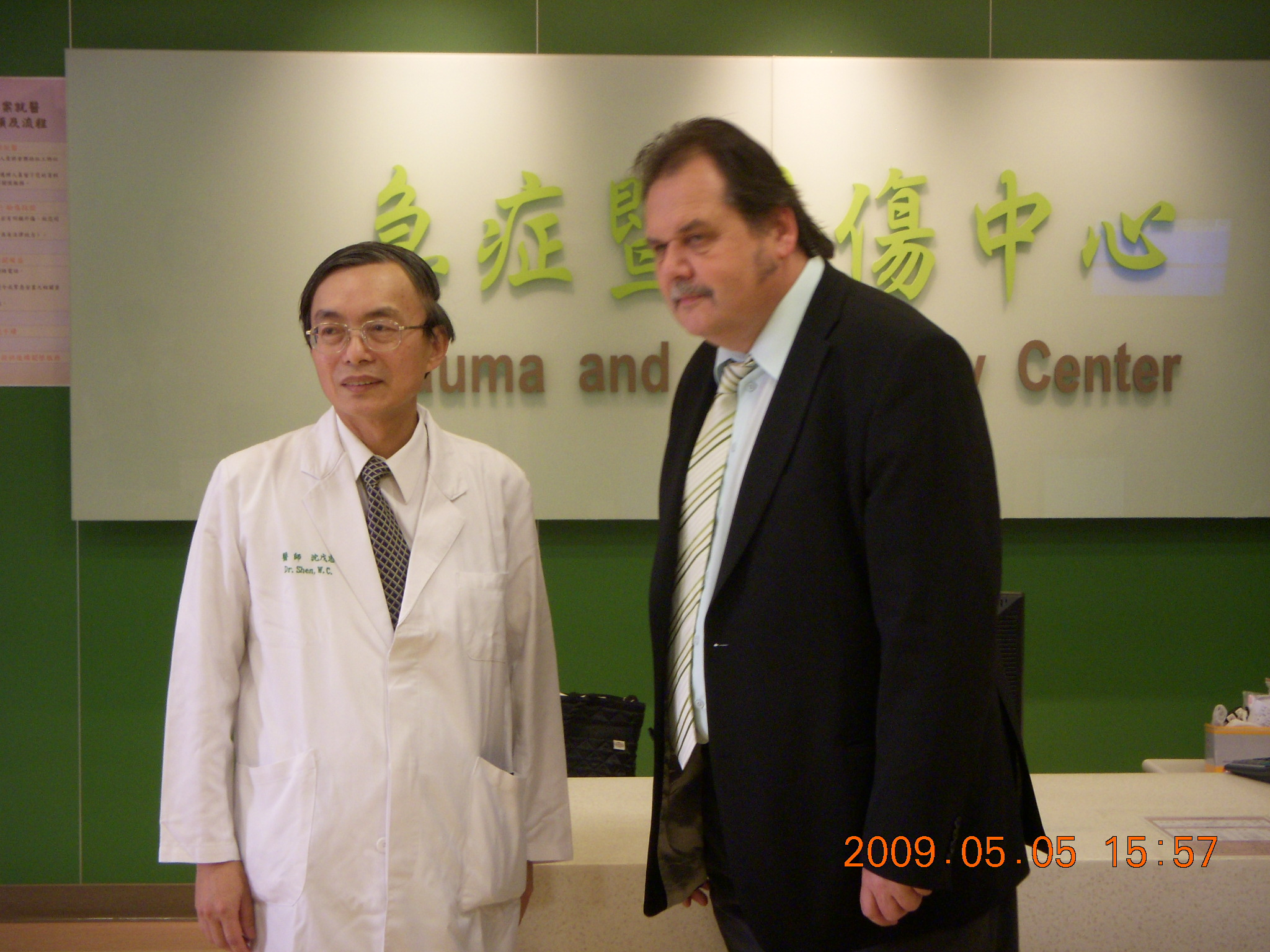 Wu-Chung Shen, Dean of College of Medicine took the guests around Critical Care  Center.