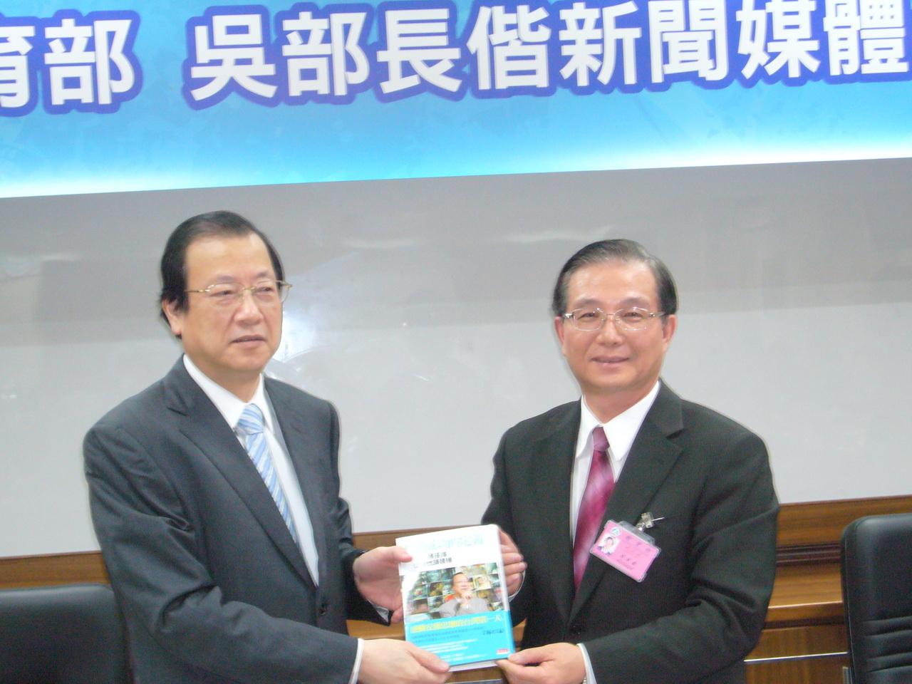 教育部長吳清基讚許中國醫藥大學致力整合中西醫學與生物科技研究最具特色,尤其在推動產學合作研發技轉的產品獨一無二,成果斐然