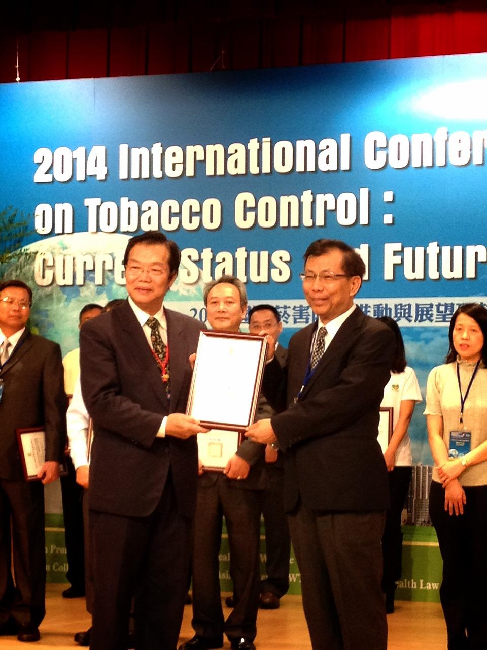 卫福部林四海主任秘书(左)颁发无菸医院认证金奖予台南市立安南医院由