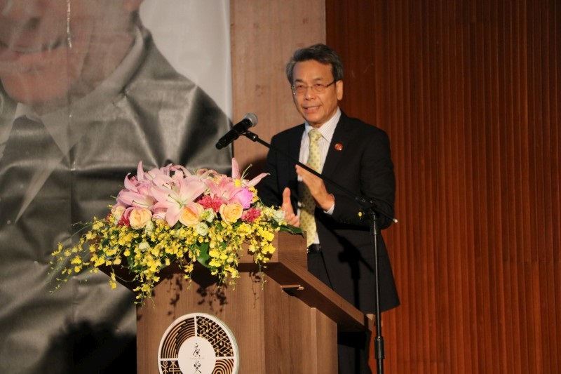 Chancellor Wen-Hwa Lee Hosting the Panel Discussion