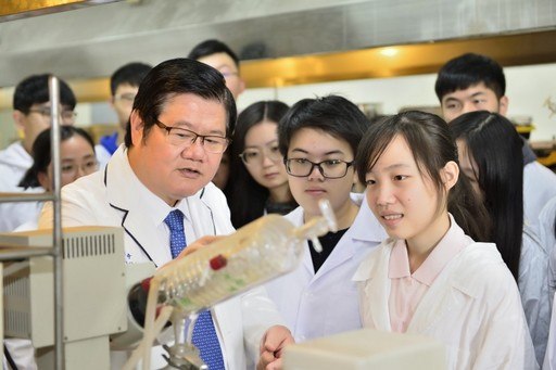 President Mien-Chie Hung in laboratory