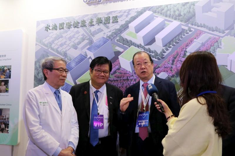 Chairman Chang-Hai Tsai, President Mien-Chie Hung, and SuperintendentLong-Bin Jeng