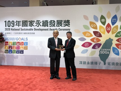 Dean Cheng-Chun Lee received the award from Premier Tseng-Chang Su